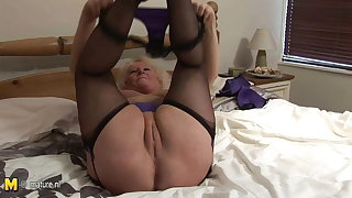 Big granny squirting on her bed